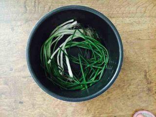 #咸味#  老天津卫特色酱牛肉,把小香葱铺在电压力锅的锅底