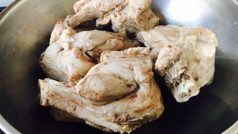 #咸味# 骨汤鱼松米线,把焯过水的骨头棒子放在汤锅里。