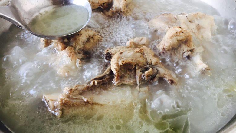 #咸味# 骨汤鱼松米线,放入10g左右的白米醋 在水烧开后可适量加醋,因为醋能使骨头里的磷、钙溶解到汤内。