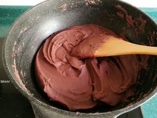 自制红豆沙馅,沾到炒锅四周的豆沙用铲子一铲,就掉下来了,但还是会有少量的沾到上面。