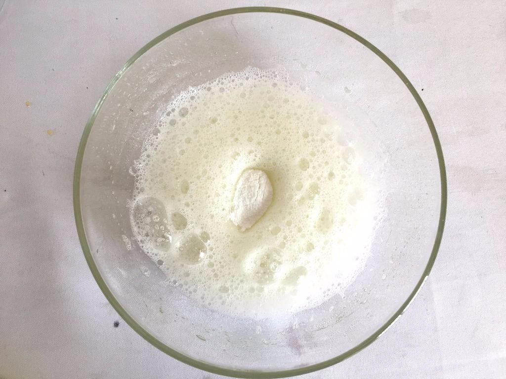 【无烤箱版】黑米蛋糕,蛋清加几滴柠檬汁或白醋</p> <p>打到大气泡时,加入3\1白砂糖