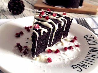 【无烤箱版】黑米蛋糕,成品图① PS:淋点自制的酸奶,人间美味呵~