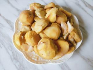 香菇板栗焖鸡腿,煮开后趁热剥皮,用刮皮器刮去内膜。 如果到后面不好剥皮了,就再放进热水里泡一下,一定要热才好剥。