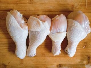 香菇板栗焖鸡腿,鸡腿活水反复冲洗干净,连骨切块。