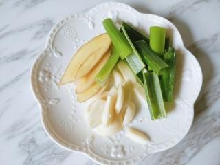 香菇板栗焖鸡腿,姜蒜切片,葱切段。