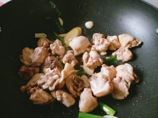 香菇板栗焖鸡腿,放入鸡腿块翻炒。