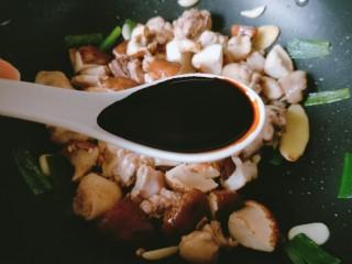 香菇板栗焖鸡腿,放入两勺老抽。