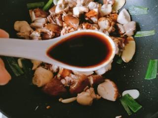 香菇板栗焖鸡腿,放入两勺生抽。