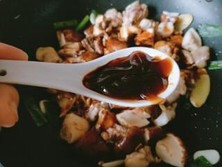 香菇板栗焖鸡腿,放入一勺耗油。