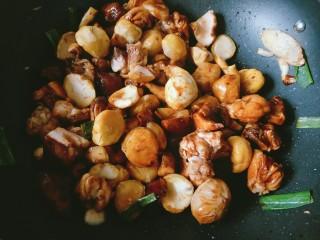 香菇板栗焖鸡腿,放入板栗翻炒均匀。