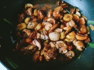 香菇板栗焖鸡腿,倒入热水差不多没过食材。