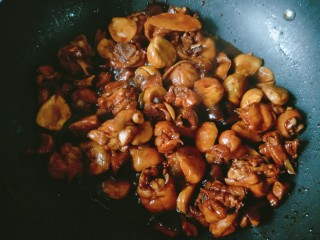 香菇板栗焖鸡腿,翻炒均匀后大火收汁。