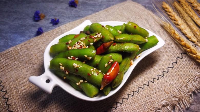 青皮口水毛豆,加上一勺我菜谱里的飘香红油就更完美了!有颜值,有味道的青皮毛豆就可以享用了,味道杠杠的。