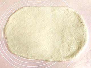 椰香浓郁的大理石豆沙吐司(一次性发酵),不需要松弛,立即用擀面杖擀开,大小为35*25cm的长方形