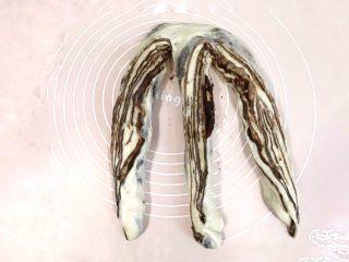 椰香浓郁的大理石豆沙吐司(一次性发酵),将每一条都侧翻过来,使其横断面向上