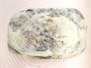 椰香浓郁的大理石豆沙吐司(一次性发酵),把面团擀成窄幅的长方形 至此,完成了三次折叠,如果操作有困难,实行两次折叠也可以