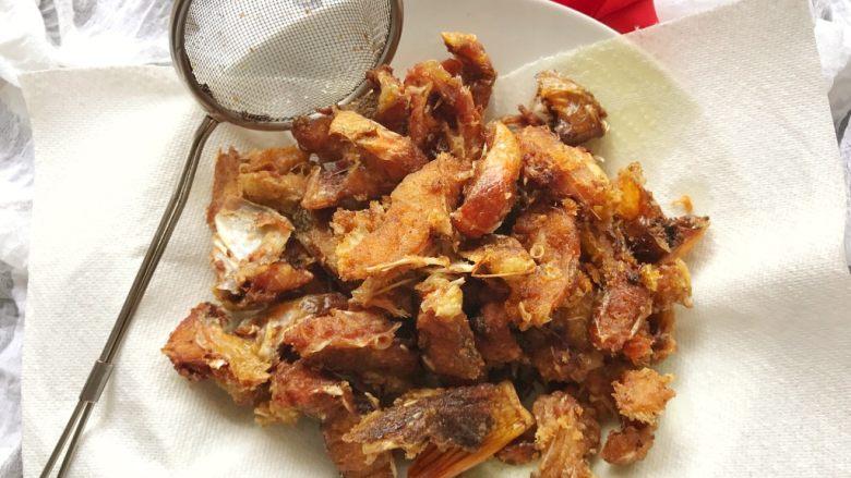 香炸脆鱼儿,这是炸完后的鱼,酥酥脆脆的,鱼骨都是脆的,