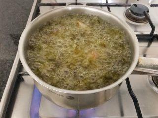 香炸脆鱼儿,当油温6-7成热时转中小火将鱼加进来,全程中小火煎炸,大概20分钟左右,你可以坐在远处闻着香味就好😄,真的小心油锅真的会爆出油的,别被烫到了,最后有点焦香味出来了,说明鱼的水分都炸出来了,这一步是很关键的哦,一定要把鱼的水分榨干,