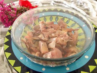 香炸脆鱼儿,搅拌均匀后,拉上保鲜膜送人冰箱冷藏4小时以上。