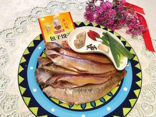 香炸脆鱼儿,准备食材:如图上👆所见(鱼可以选择任何一种鱼,哪怕是边边料料都可以,樱桃一点都不瞎编,您跟着我往下看),后面还有告诉你肿么清洗干净鱼😄,