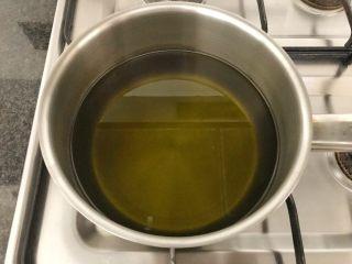 香炸脆鱼儿,开大火,将油倒入锅中,大锅小锅有你自己决定,但是不能倒入过多的油,以免煎炸时油会溢出,