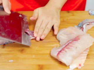 荆楚大地,吃鱼不见鱼——鲜美鱼糕,把鱼肉上面红色的部分去除