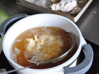 香酥脆皮炸鸡,炸到定型后再翻面炸。