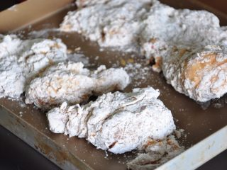 香酥脆皮炸鸡,将裹好粉的鸡块放在盘中备用。
