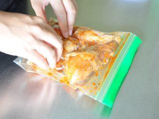 香酥脆皮炸鸡,用手抓揉均匀,放入冰箱冷藏过夜。