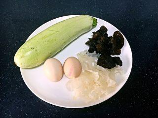 绿色美食+西葫芦木耳银耳炒鸡蛋,主要食材。