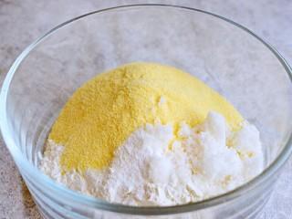 奶香玉米饼,面粉、玉米面、泡打粉、白糖放在一个容器中