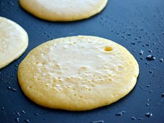 奶香玉米饼,表面充满小气泡,可以翻面,两面都煎至金黄即可