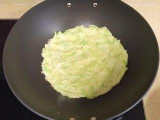 趣萌番茄蘑菇蔬菜饼,用勺子舀入西葫芦鸡蛋液,一般4勺就差不多了,端起锅,左右前后摇一圈,饼会自动流动,成圆形 或者直接用勺子摊开、摊均匀,也可以