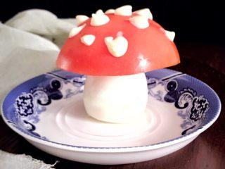 趣萌番茄蘑菇蔬菜饼,在西红柿上挤上沙拉酱,萌萌的蘑菇头就出来了,形象逼真吧