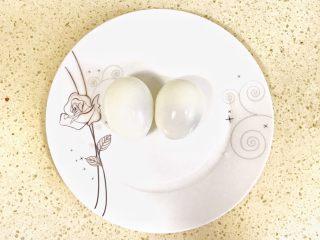 趣萌番茄蘑菇蔬菜饼,鸡蛋煮熟后,去皮