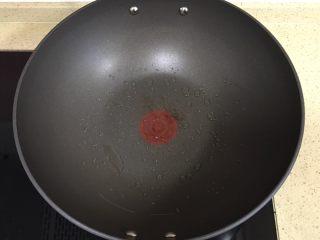 趣萌番茄蘑菇蔬菜饼,冷锅热油,端起锅,摇匀油,使油均匀地铺满锅底 煎饼的过程一定要慢火,防止饼煎糊了
