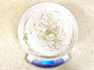 趣萌番茄蘑菇蔬菜饼,同时加入水