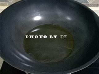 杏鲍菇炒香肠,炒锅倒入适量植物油烧热;