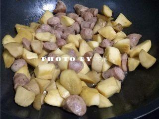 杏鲍菇炒香肠,淋入适量生抽,蚝油,翻炒均匀;