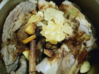 #辣味#凉拌酱牛肉牛筋,加入冰糖,用手搓揉牛腱子,使牛腱子充分吸收调味料。腌制1小时。