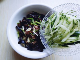 #辣味#凉拌酱牛肉牛筋,将切好的黄瓜放入牛肉器具中。