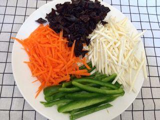 鱼香肉丝,胡萝卜,青椒,茭白笋,黑木耳分别切丝备用。