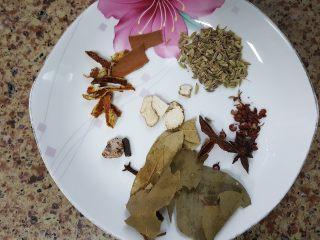 清炖枸杞羊肉汤,6.准备调料包的香料。