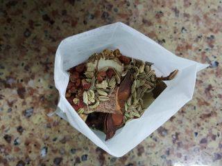 清炖枸杞羊肉汤,7.把香料放在无纺布袋中。