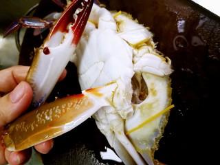 姜葱炒花蟹,直接把蟹钳扭断。