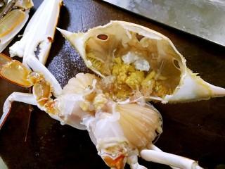 姜葱炒花蟹,掀开蟹盖。