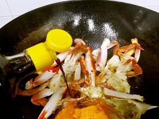 姜葱炒花蟹,待花蟹全面转色后,淋入适量生抽。