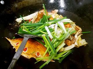 姜葱炒花蟹,撒入葱段,翻炒均匀。