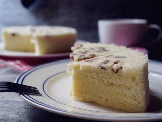 葡萄干蒸蛋糕,切块品尝