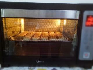 五仁月饼,烤箱预热,160度烤5分钟定型,拿出来刷少许鸡蛋液,继续放回烤箱烤15分钟(鸡蛋液是一个蛋黄加少许水搅拌均匀)